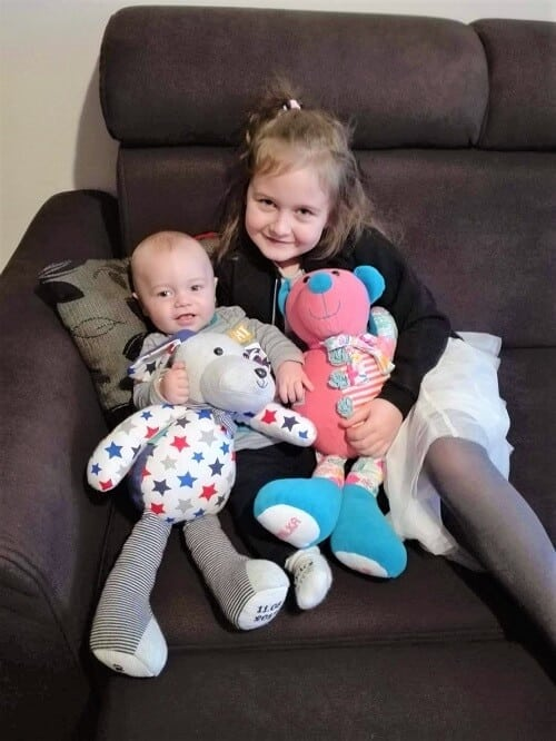 opinia klienta dzieci chlopczyk i dziewczynka z misiami pluszakami