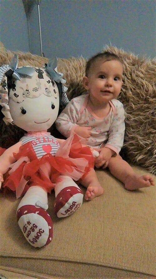dziewczynka siedzi na sofie z lalka opinia klienta