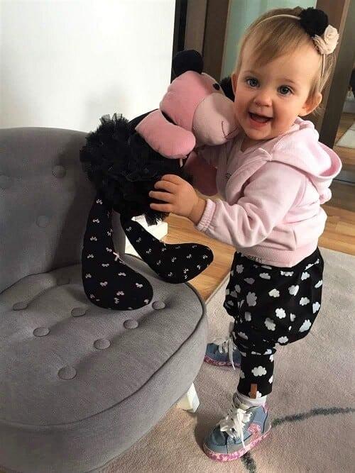 dziewczynka z misiem pluszakiem - pamiątki z ulubionych ubranek